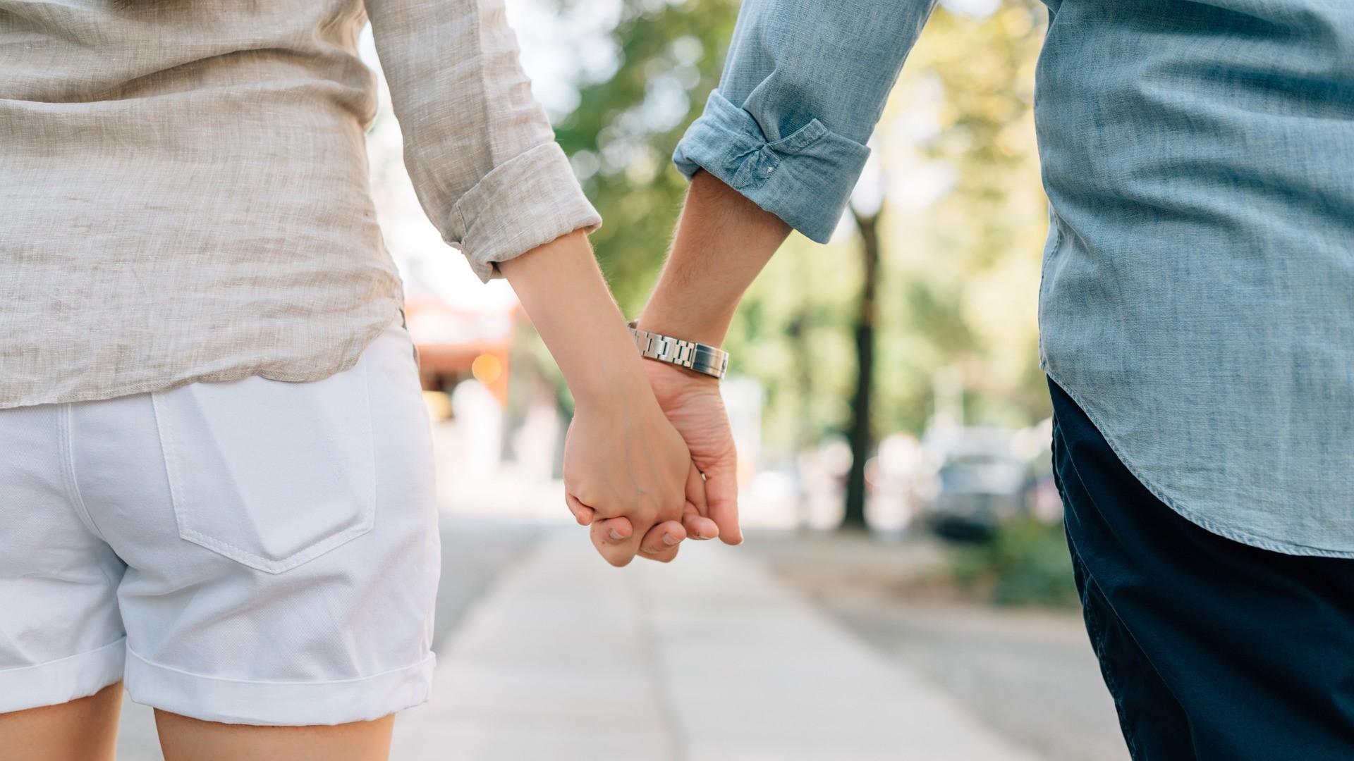 Тактильный контакт облегчил боль и синхронизировал активность мозга у пар