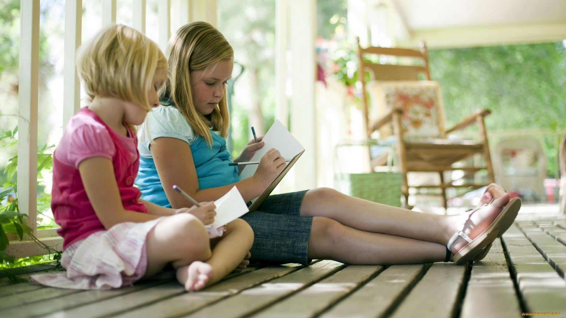 Дети рисуют себя под зрителя