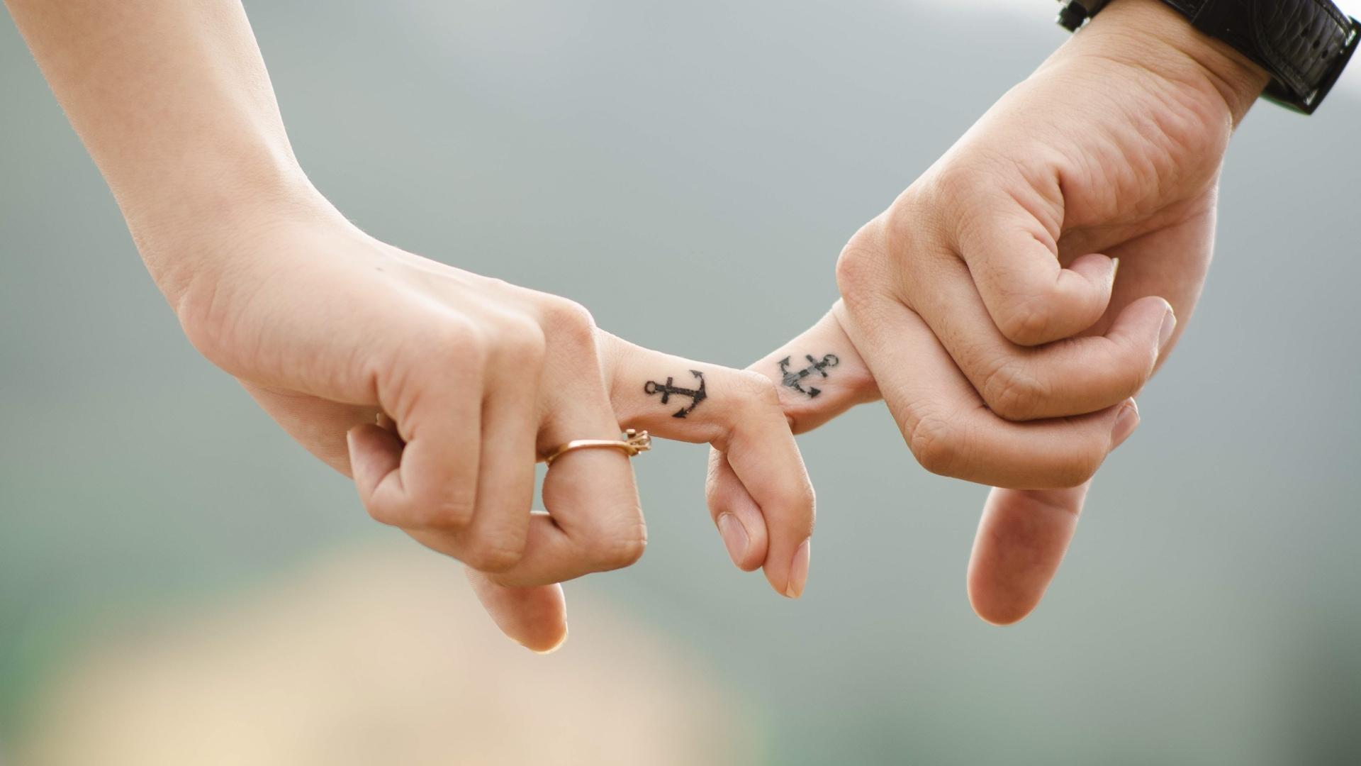 Люди предпочитают генетически непохожих партнёров и находят их по запаху