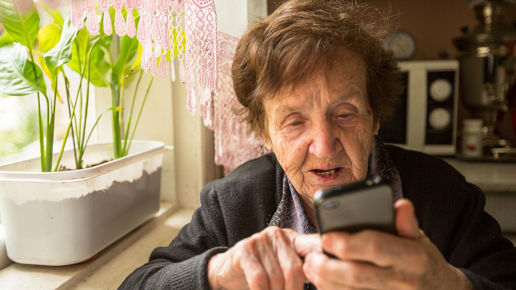 Пожилые люди становятся жертвами мошенников — это может быть предвестником деменции