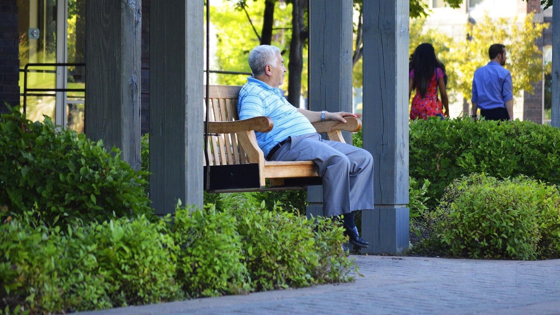 Сложности с одеванием и покупками в среднем возрасте грозят тяжелыми последствиями в старости