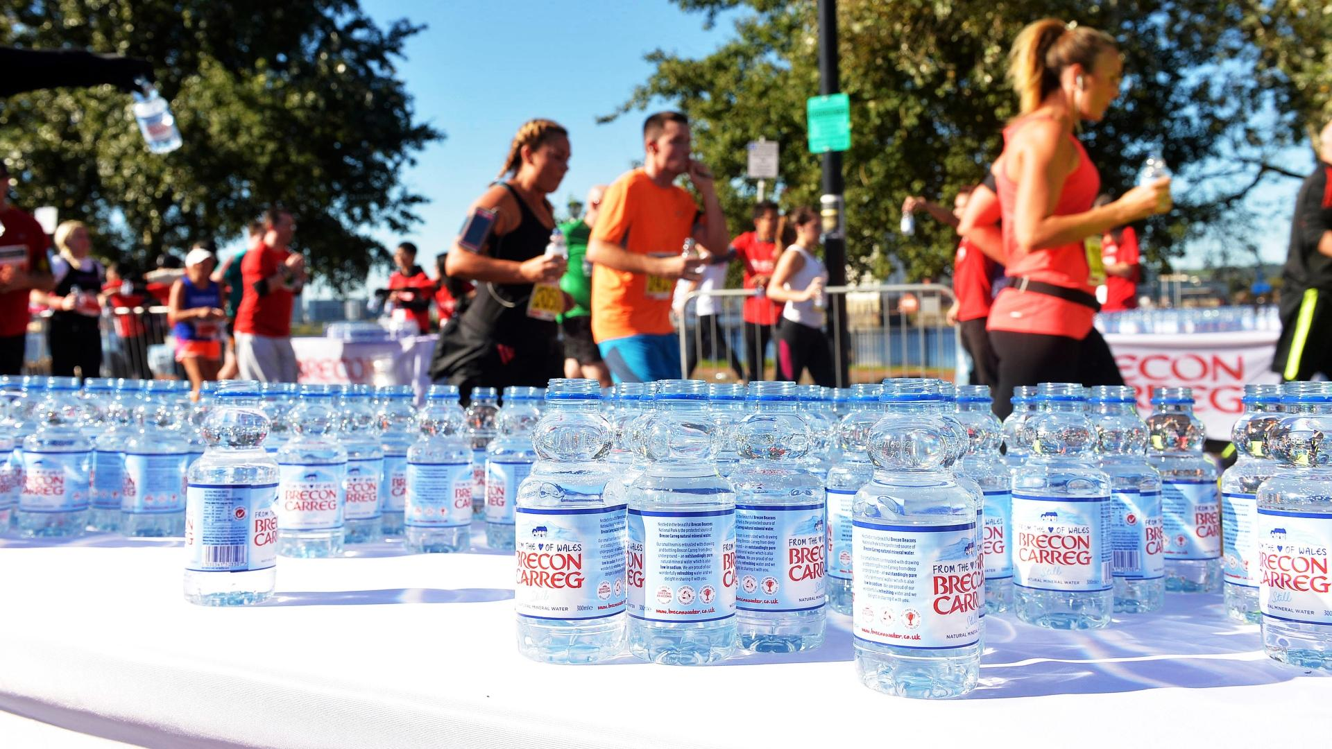 На Лондонском марафоне участникам раздавали напитки в упаковке из водорослей