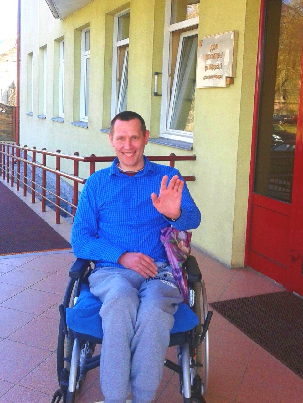 Очень нужен подъемник. Три года женщина перемещает мужа-инвалида на руках