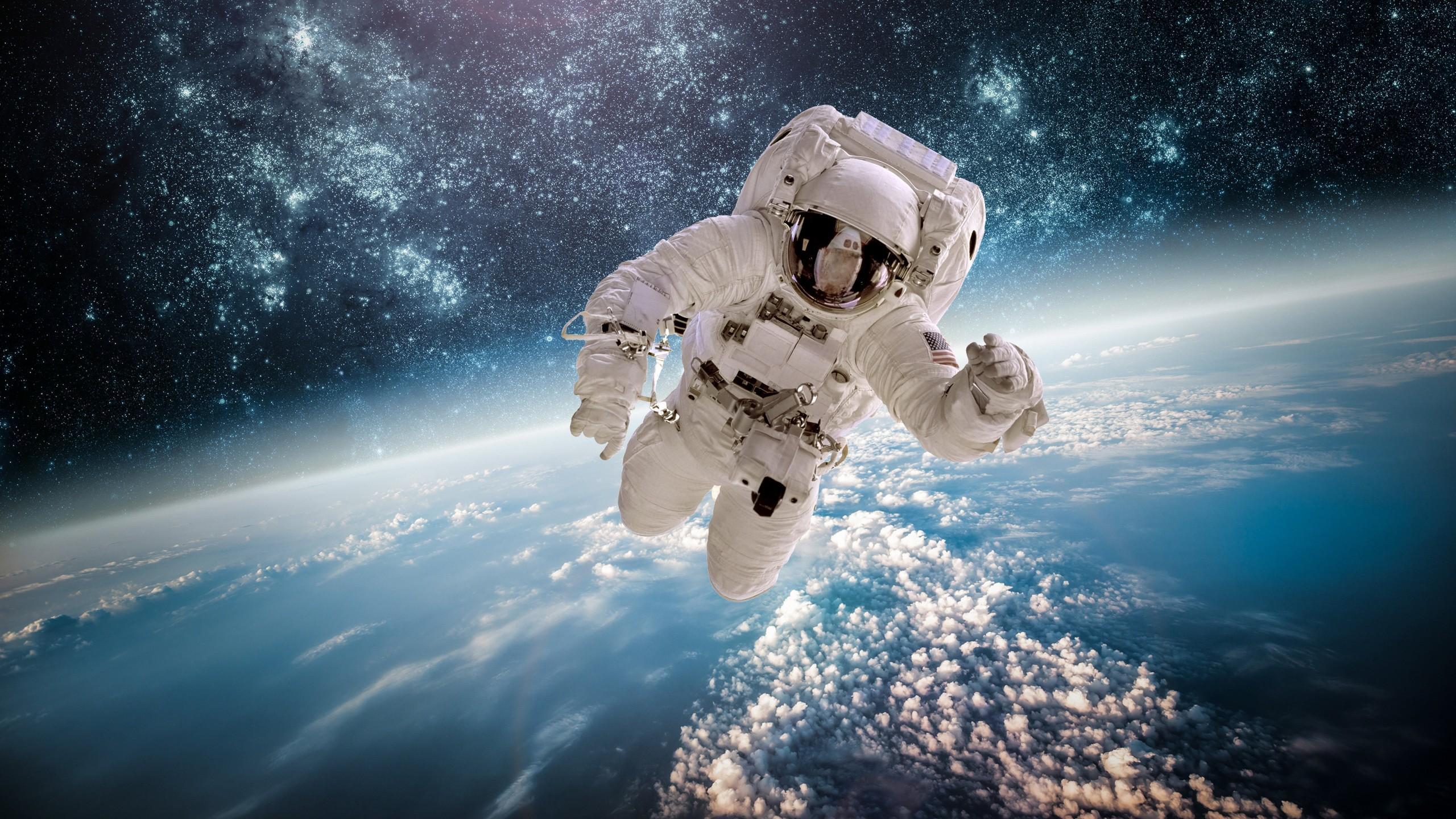 astronaut chilling in space - HD 2220×1248