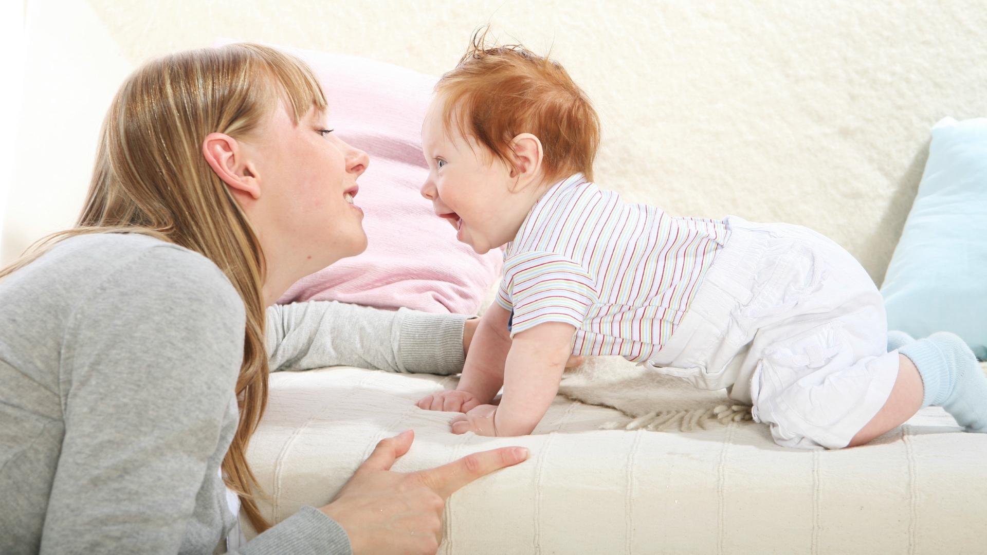 Коммуникабельность связали с восприятием материнского голоса