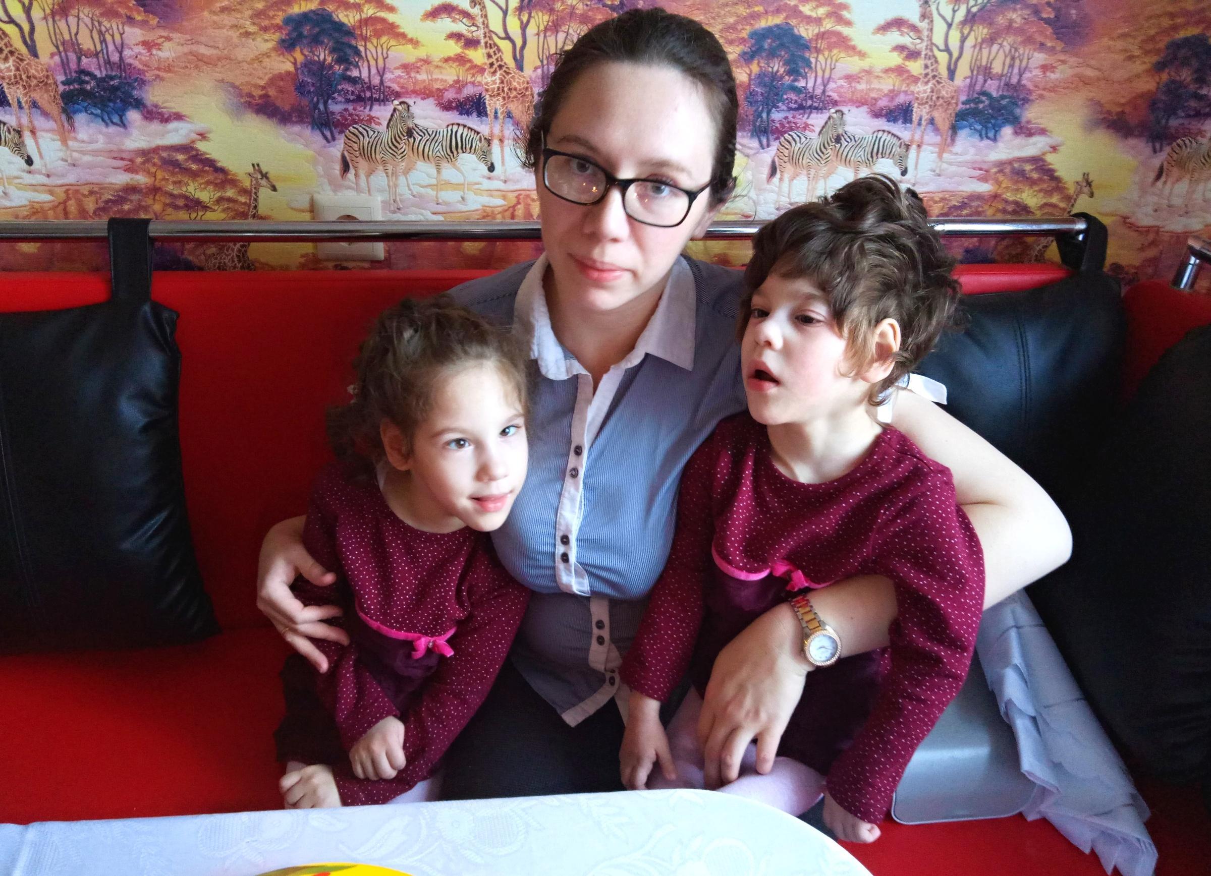 Одна коляска на двоих: близняшкам Насте и Юле необходима ваша помощь