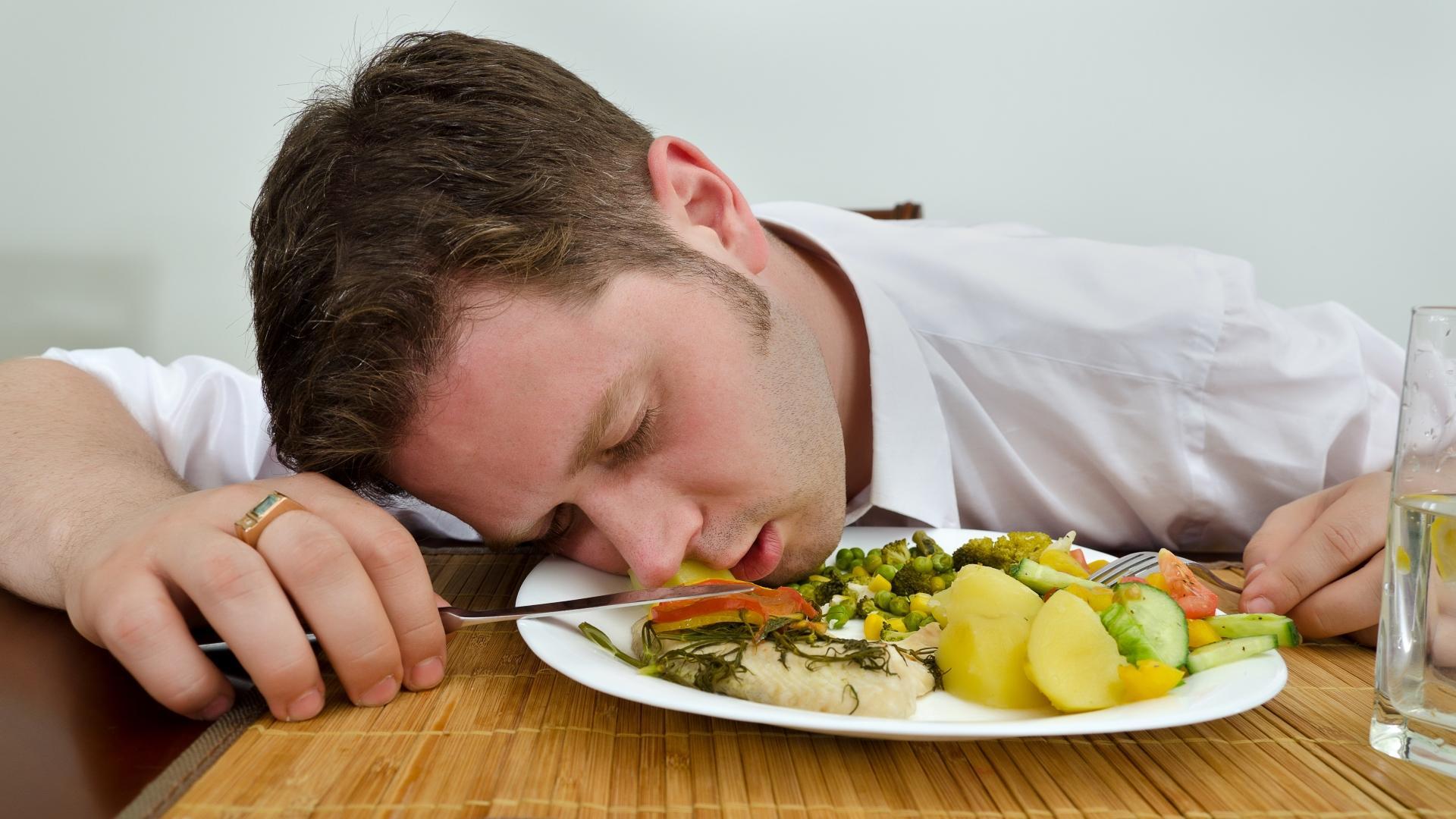 Почему от недосыпа хочется есть