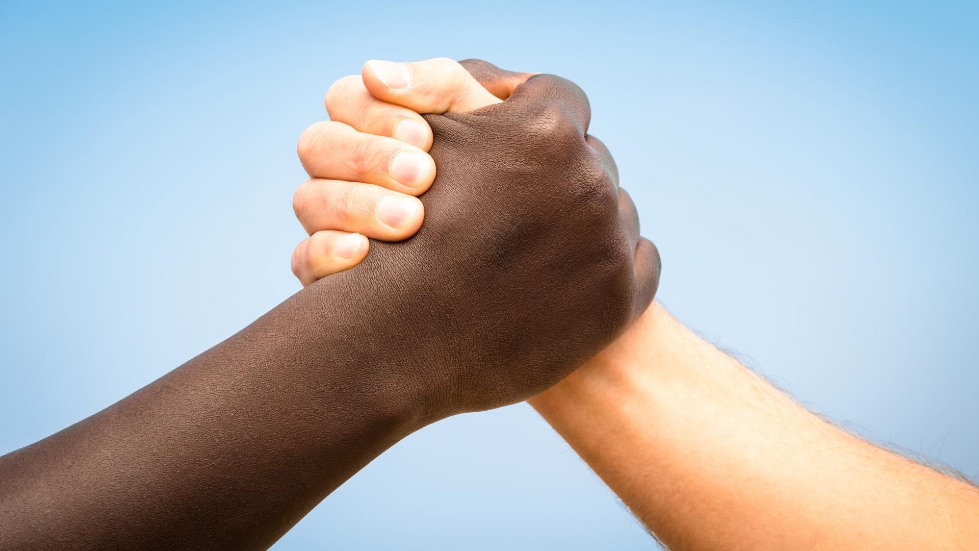 Расизм усиливается в нужде