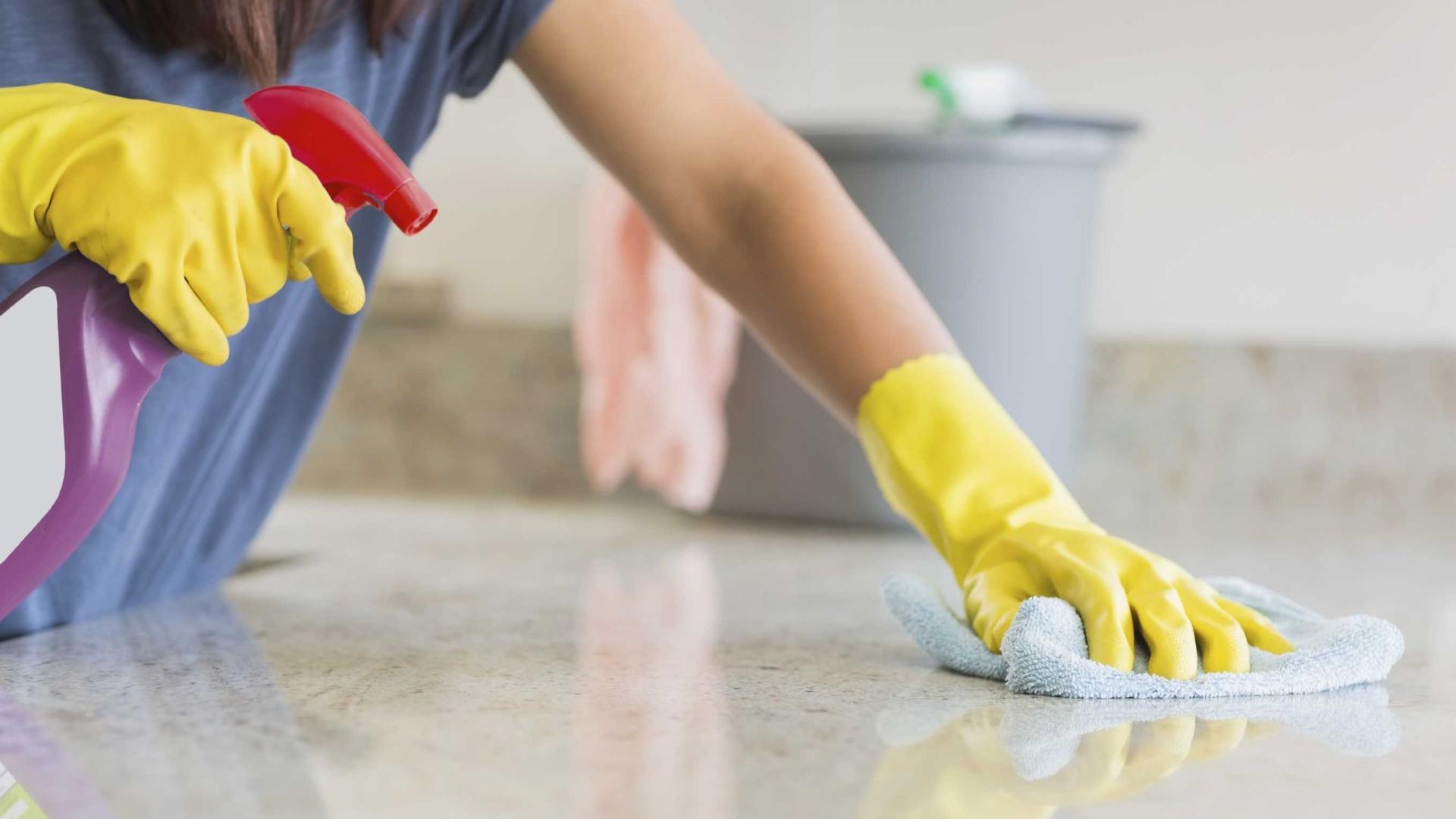 Тщательная уборка в доме убивает бактерий и освобождает место для грибков