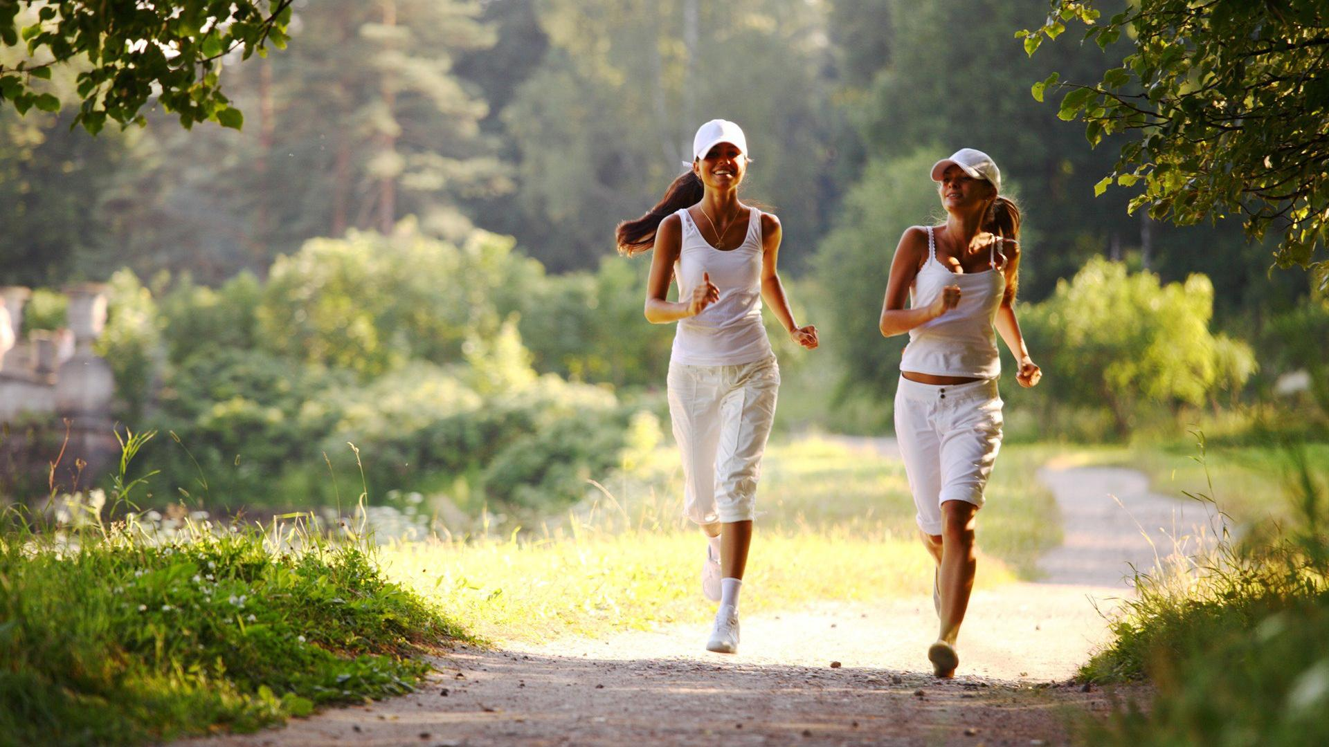 Короткая бодрая прогулка может заменить чашку кофе