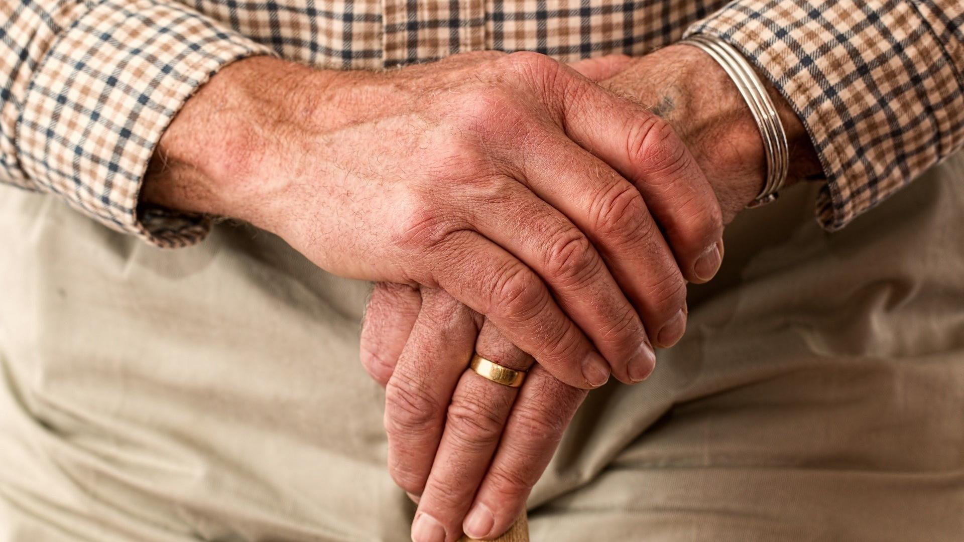Здоровье пожилых ухудшается, когда они сталкиваются с эйджизмом