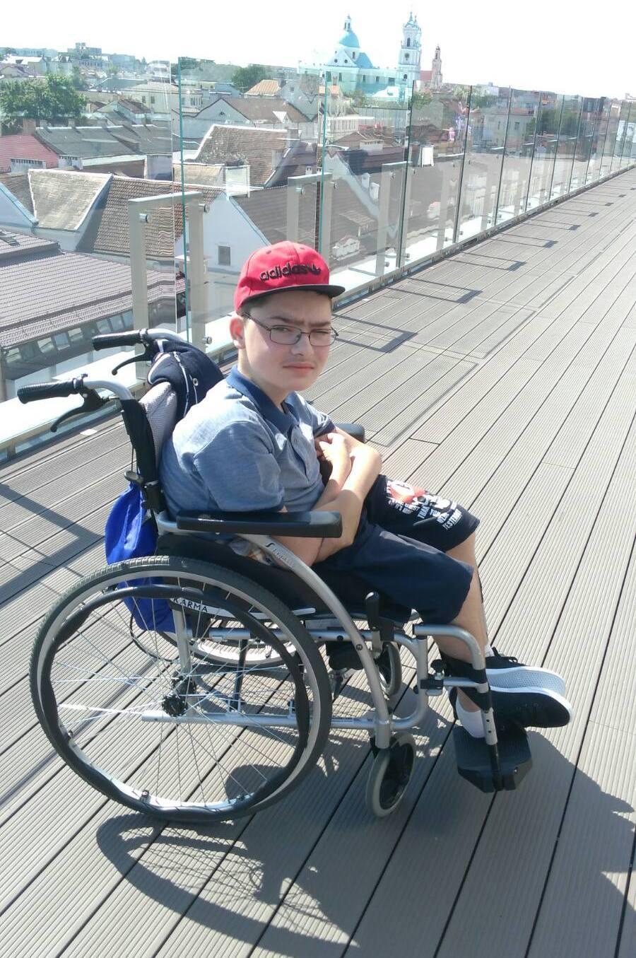 «Чтобы крутить колеса – нужна сила, а силы в руках мало». История мальчика с мышечной дистрофией