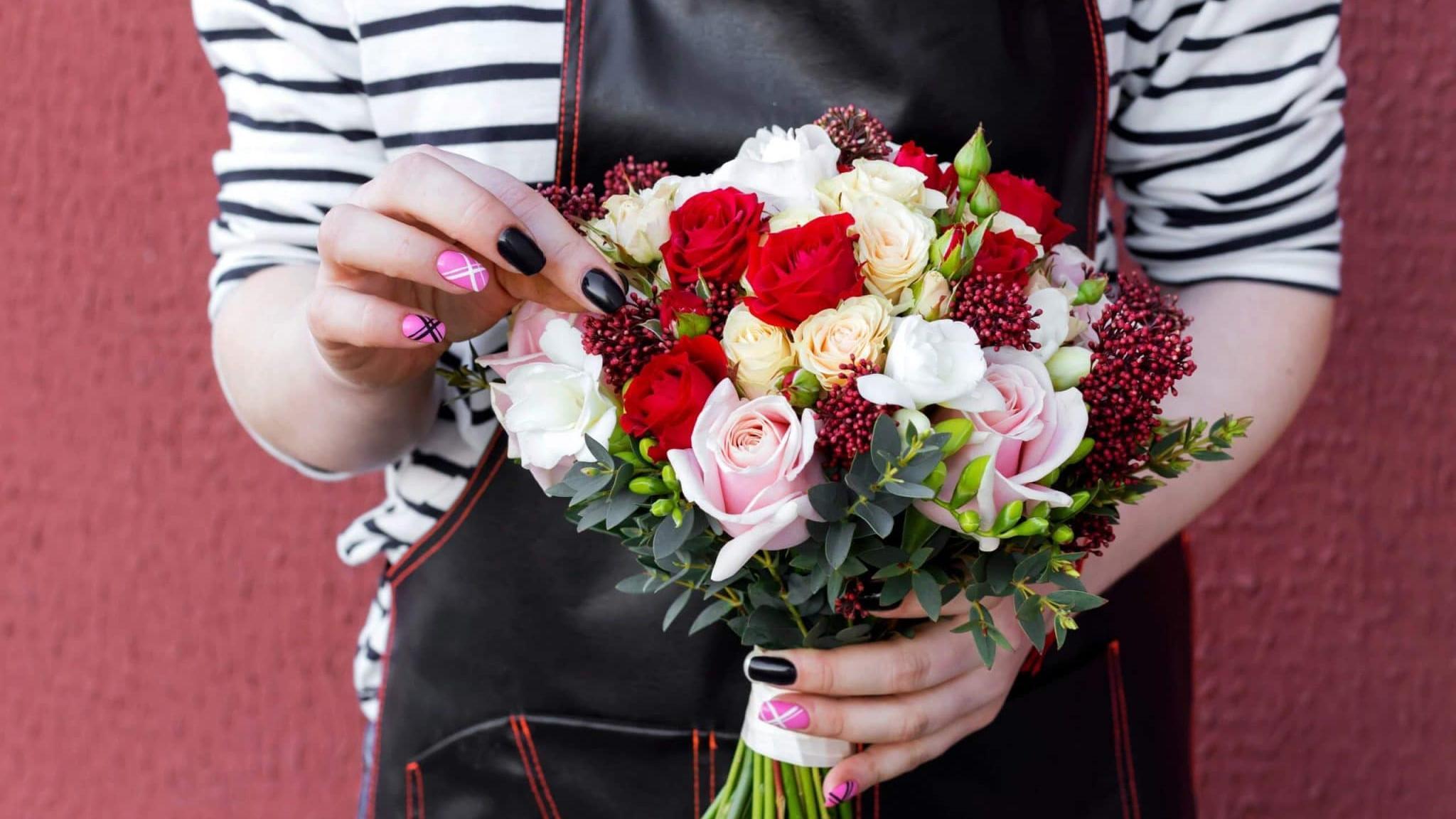 Мастера доставки цветов знают, что подарить в праздничный день