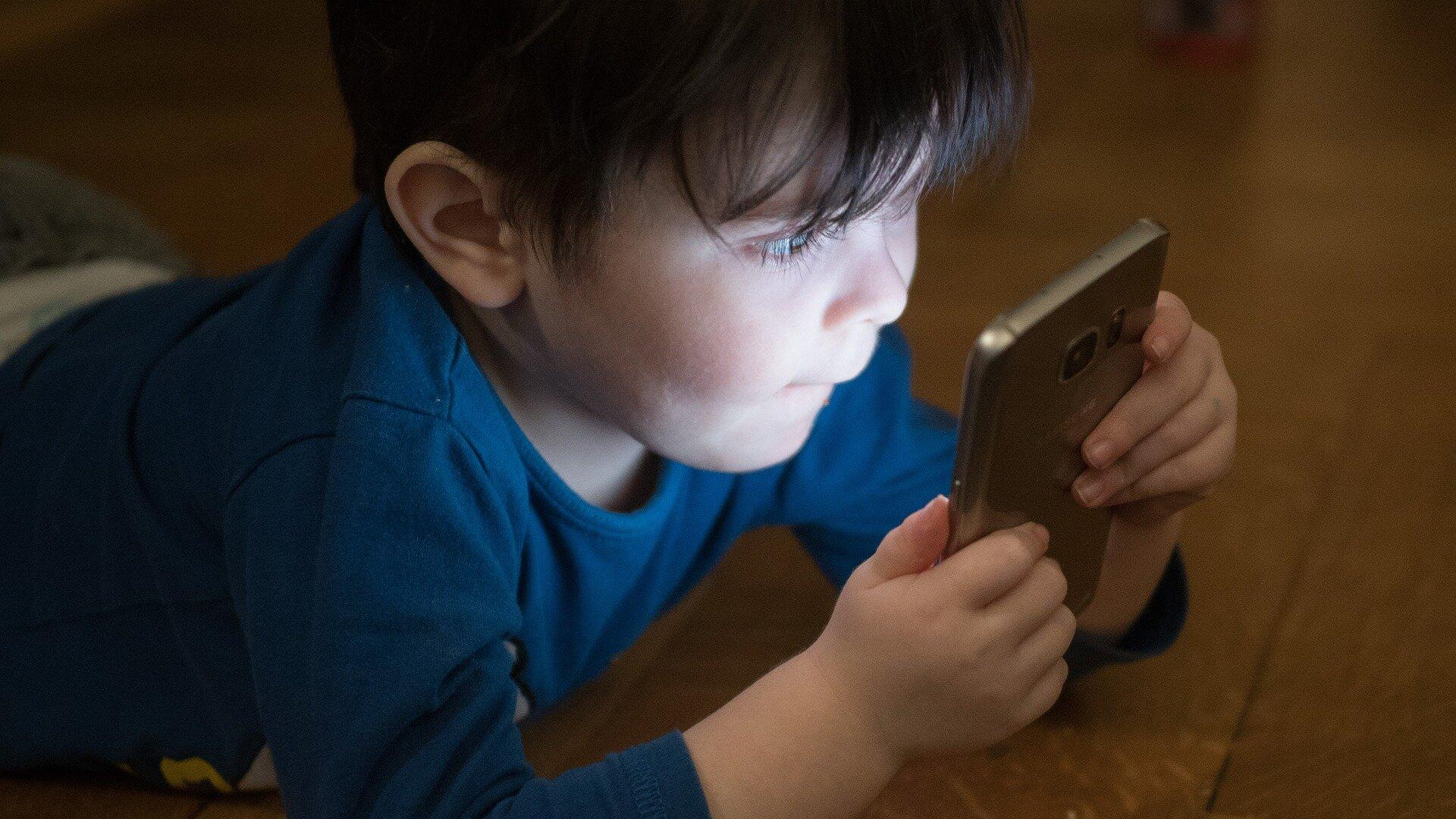 Рано начавшие пользоваться гаджетами дети показали низкий уровень самоконтроля