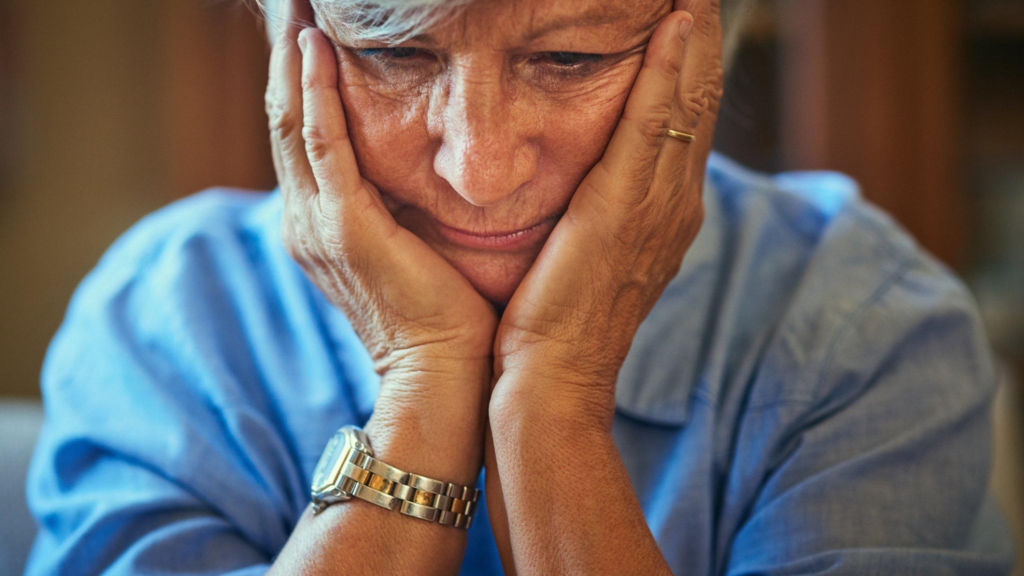 Эксперты предупреждают о «двойном ударе» пандемии для людей с деменцией