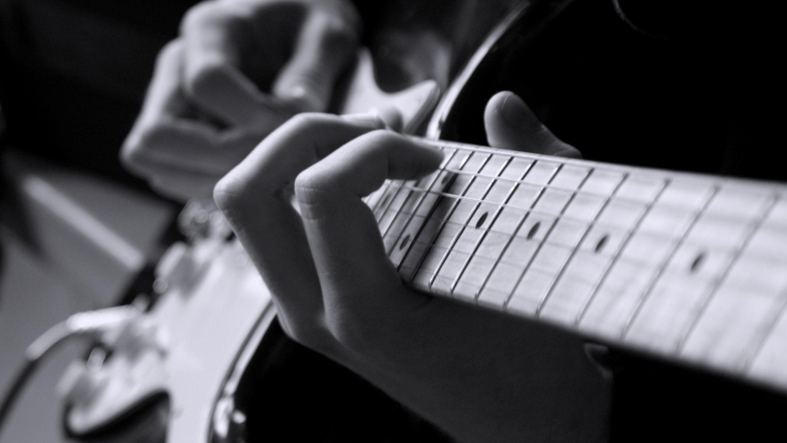 Джазовые гитаристы справились с импровизацией без когнитивного контроля