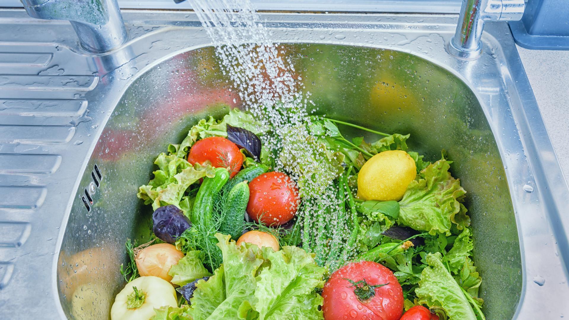 Нужно ли мыть продукты мылом, уксусом и отбеливателем?