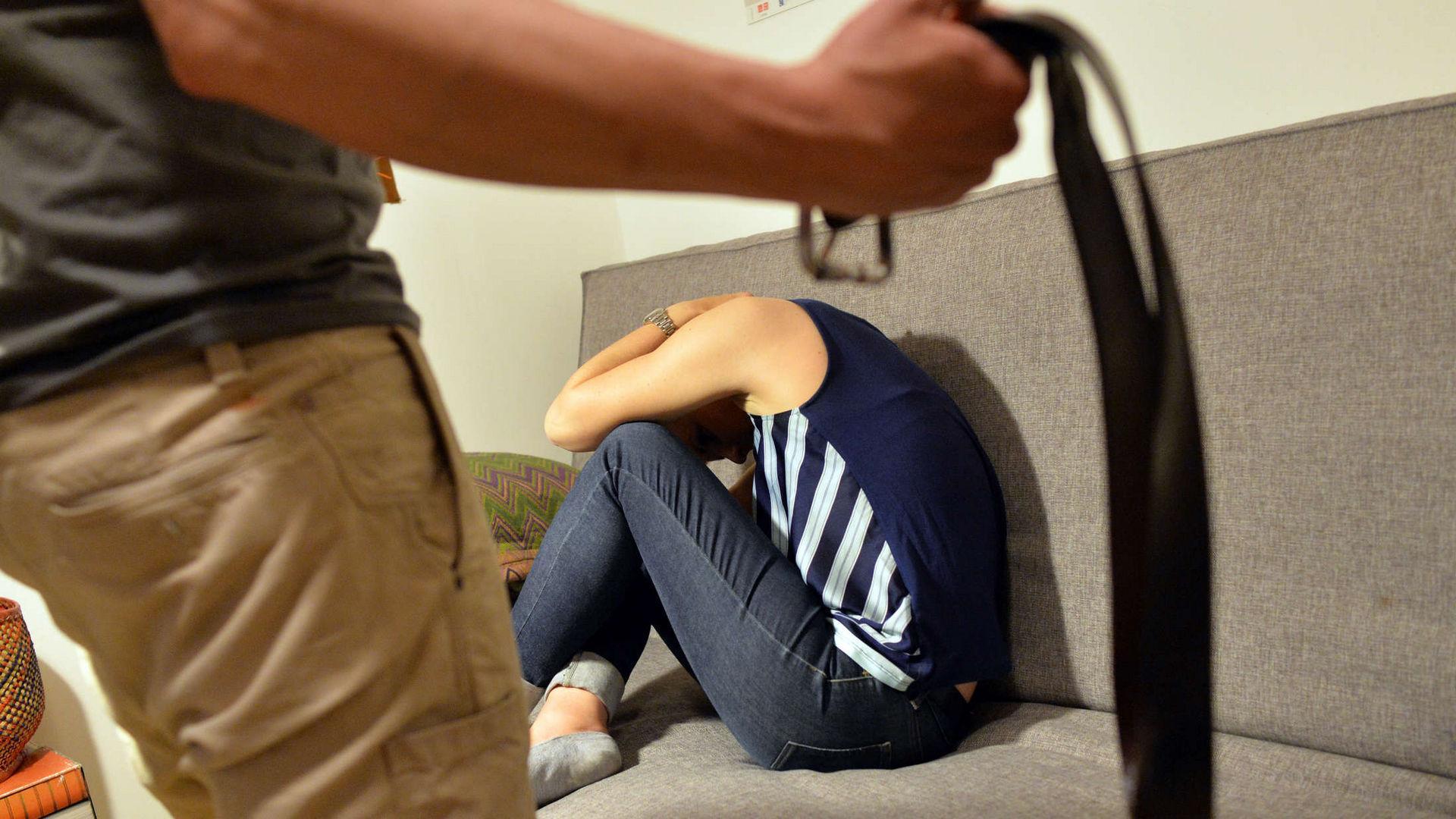 Заперты вместе: как карантин влияет на рост числа домашнего насилия и разводов