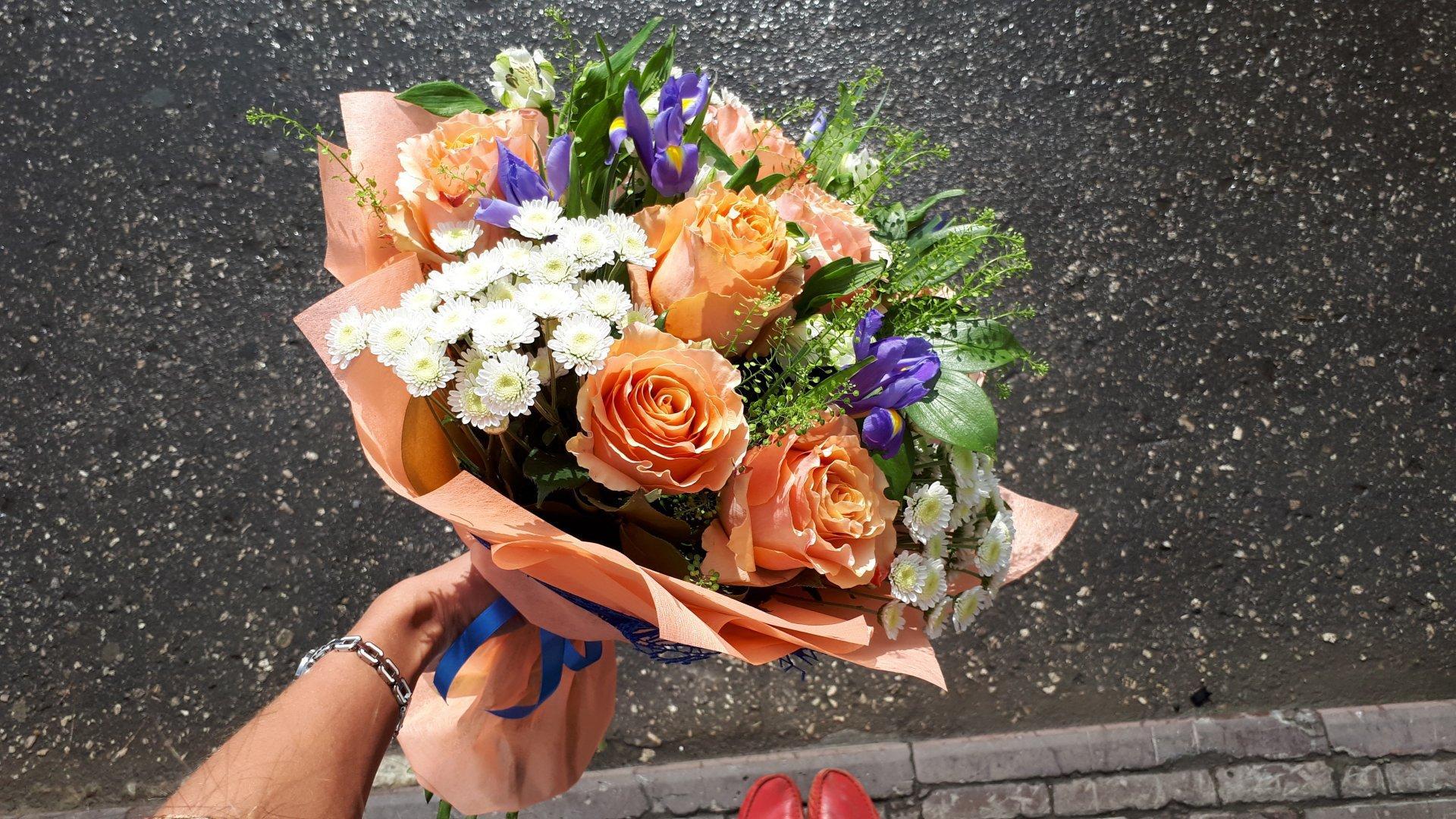 Своевременная доставка цветов в Кривом Роге оформит банкетный зал