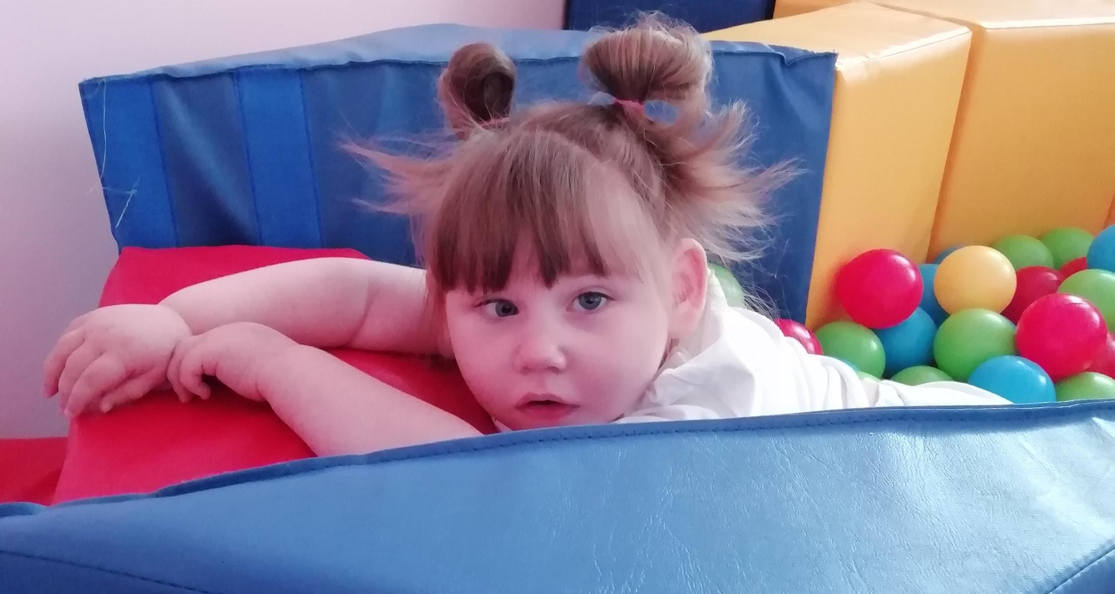 «Всё время лежа»: почти 3 года маленькая Сонечка Микрюкова не могла и по-прежнему не может сидеть. Нужна Ваша помощь!