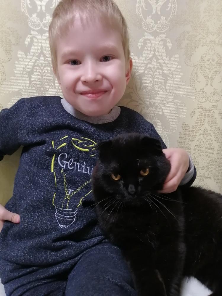 Он понимает, что не может ходить, но не унывает. «Мама, я хочу сам, хочу сам ездить на коляске!»