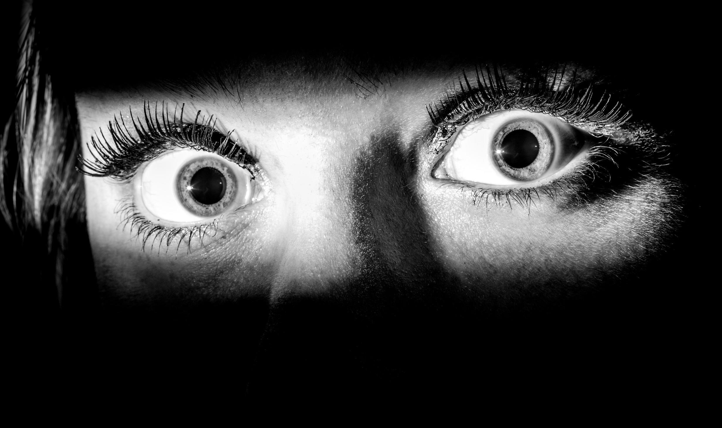 Расстояние до опасного незнакомца повлияло на реакцию страха в мозге