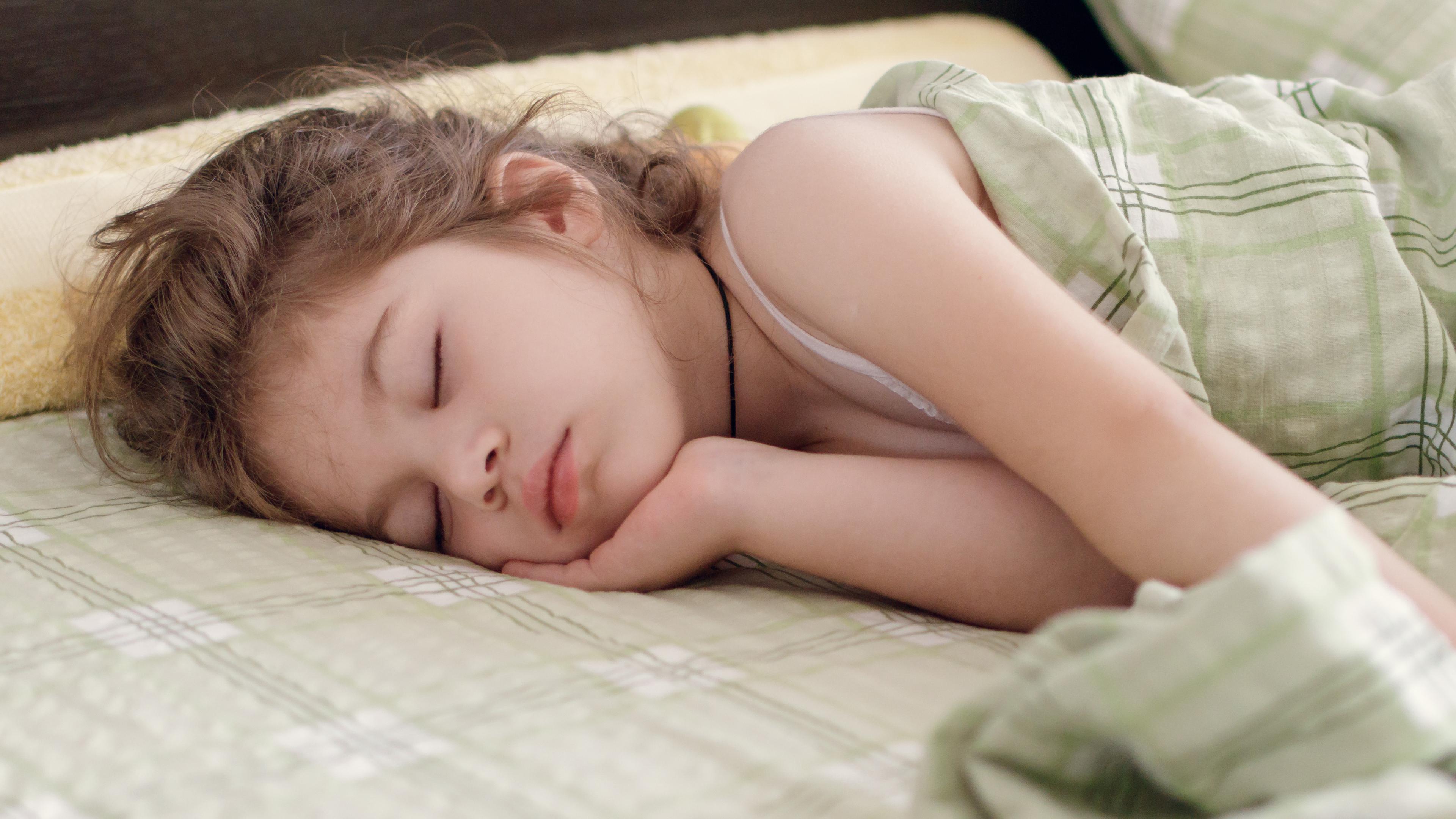 Почему дети спят дольше взрослых