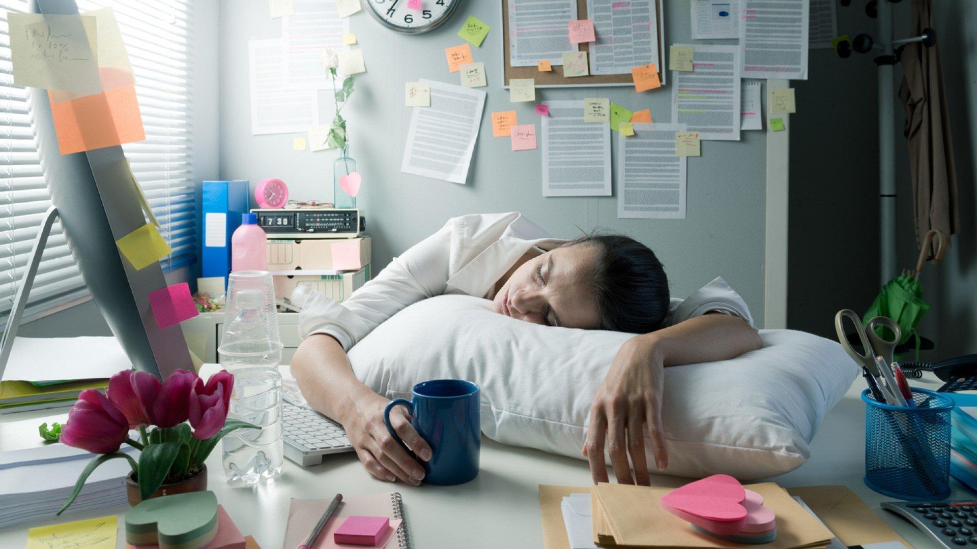 Нехватка сна способствует сохранению негативного опыта