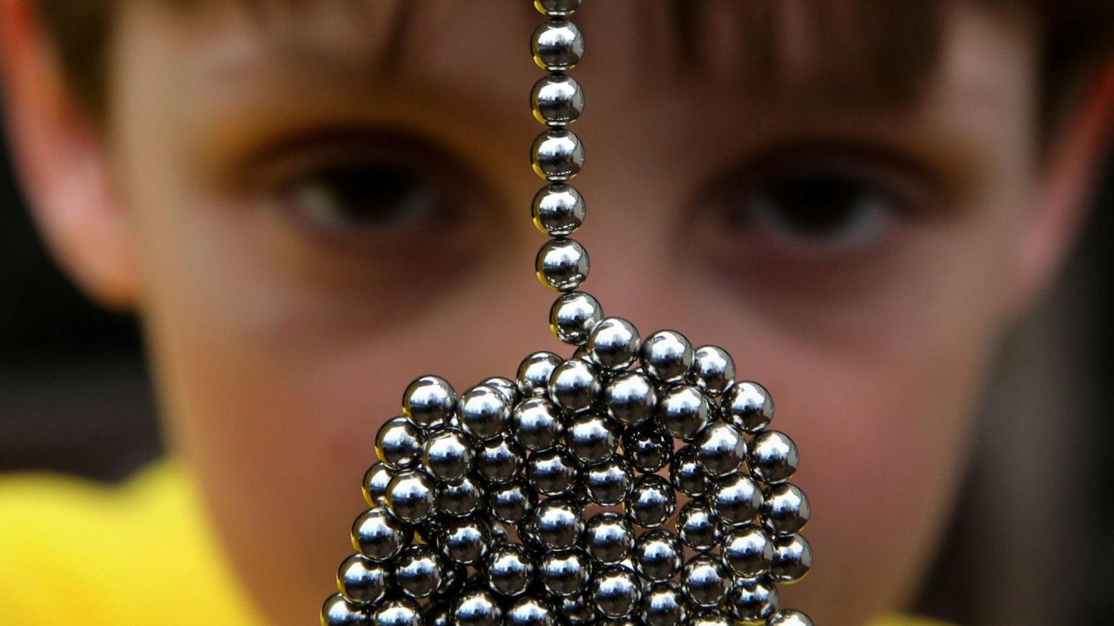 Что можно и что нельзя делать, если ребенок проглотил магнит