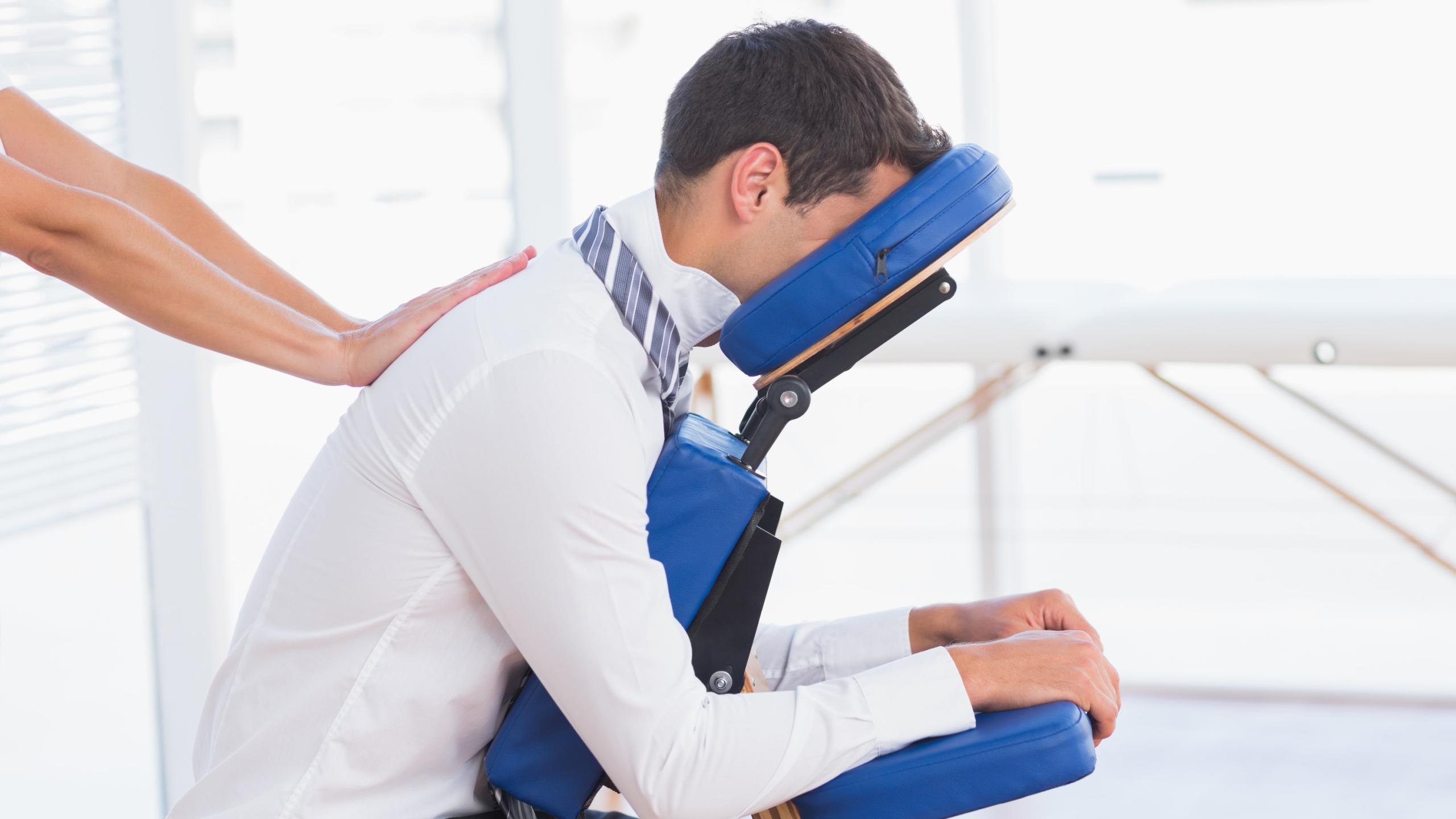 Зачем необходим массаж в офисе для людей с сидячей работой – польза услуги