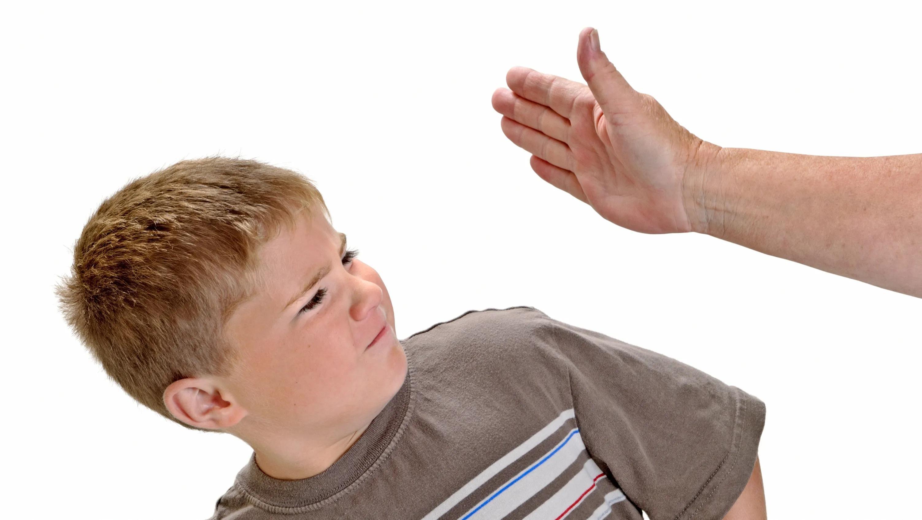 Выявлена связь между легким физическим насилием и развитием мозга ребенка