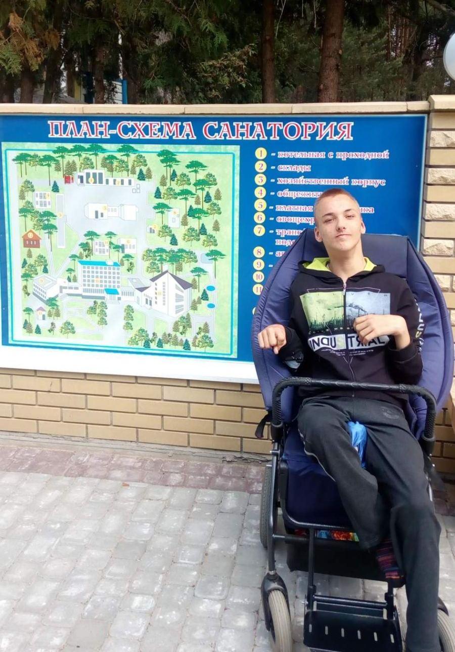 «Коляска – единственная возможность выйти из дома». Влад Кажуро из Минска остро нуждается в инвалидной коляске
