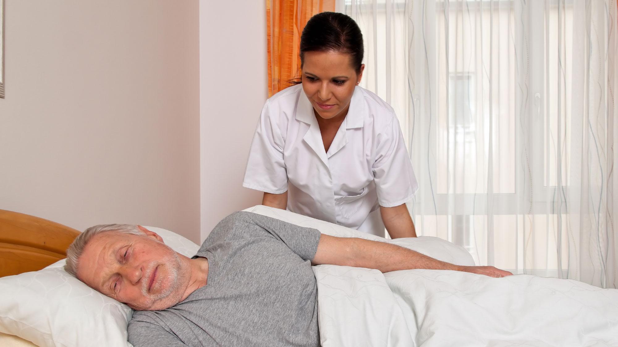 Запор у лежачего больного старческого возраста – что делать