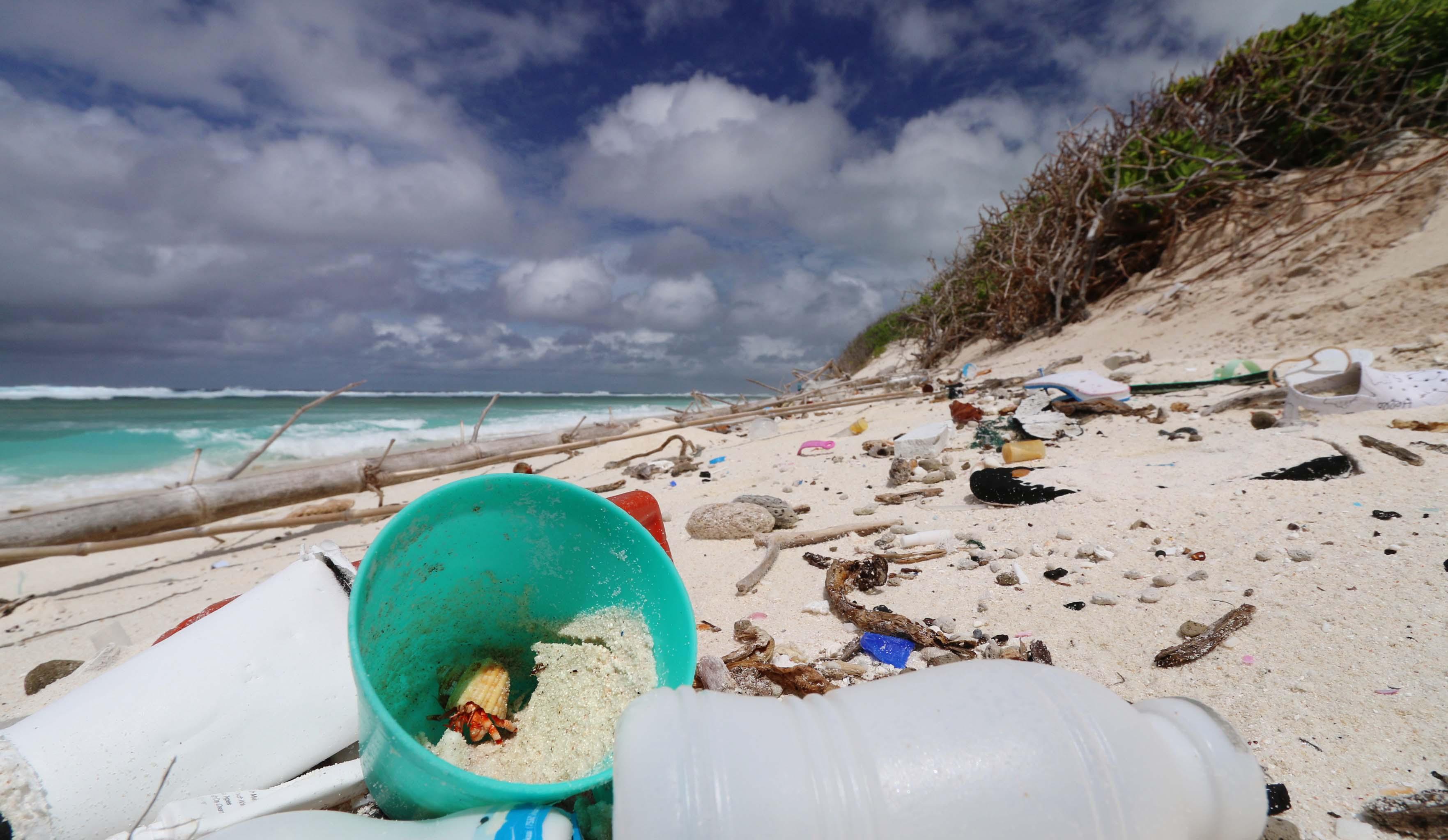 Пластиковый мусор нагрел островные пляжи