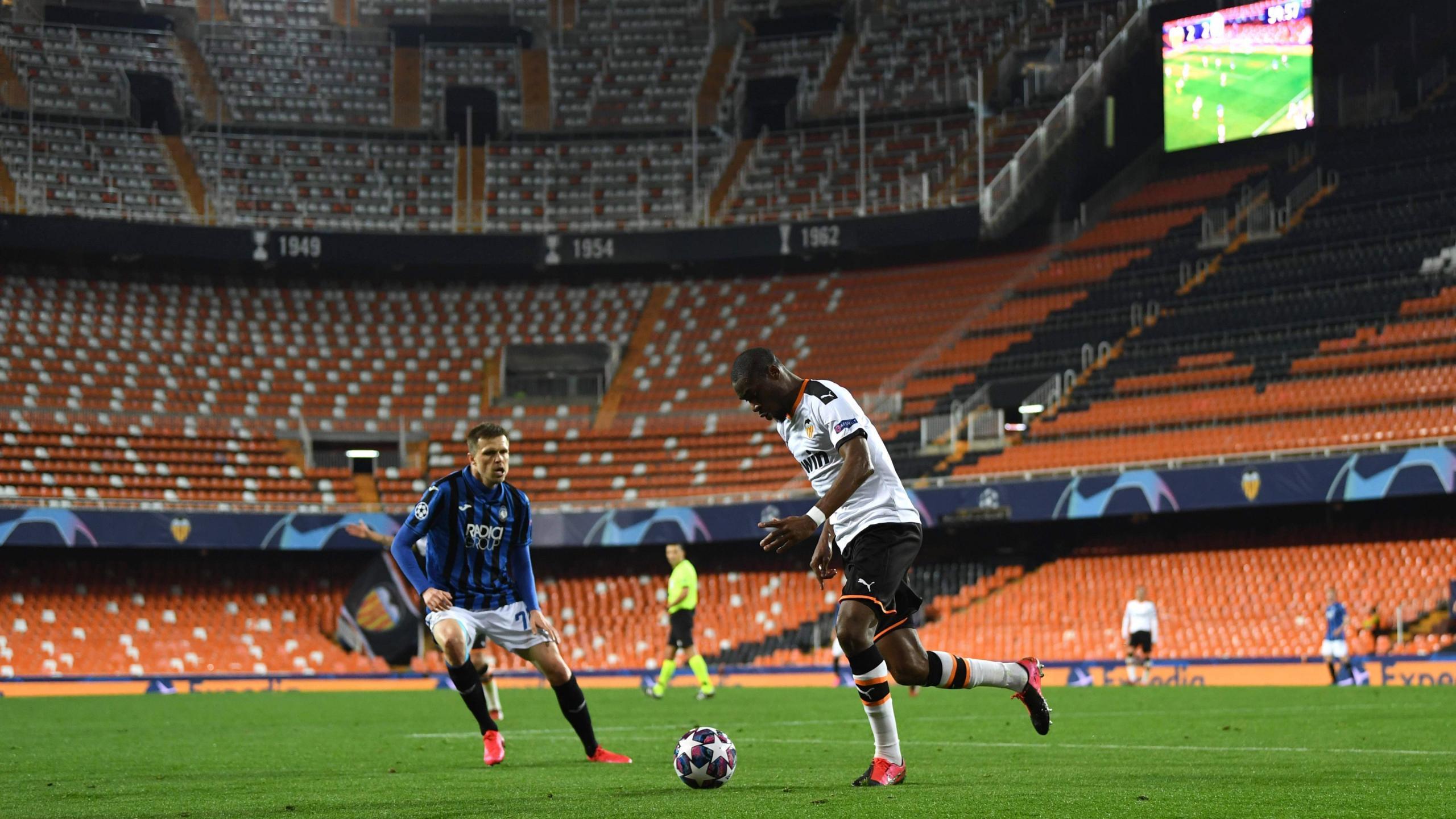Преимущество футбольных команд в домашних матчах сохранилось при пустых трибунах