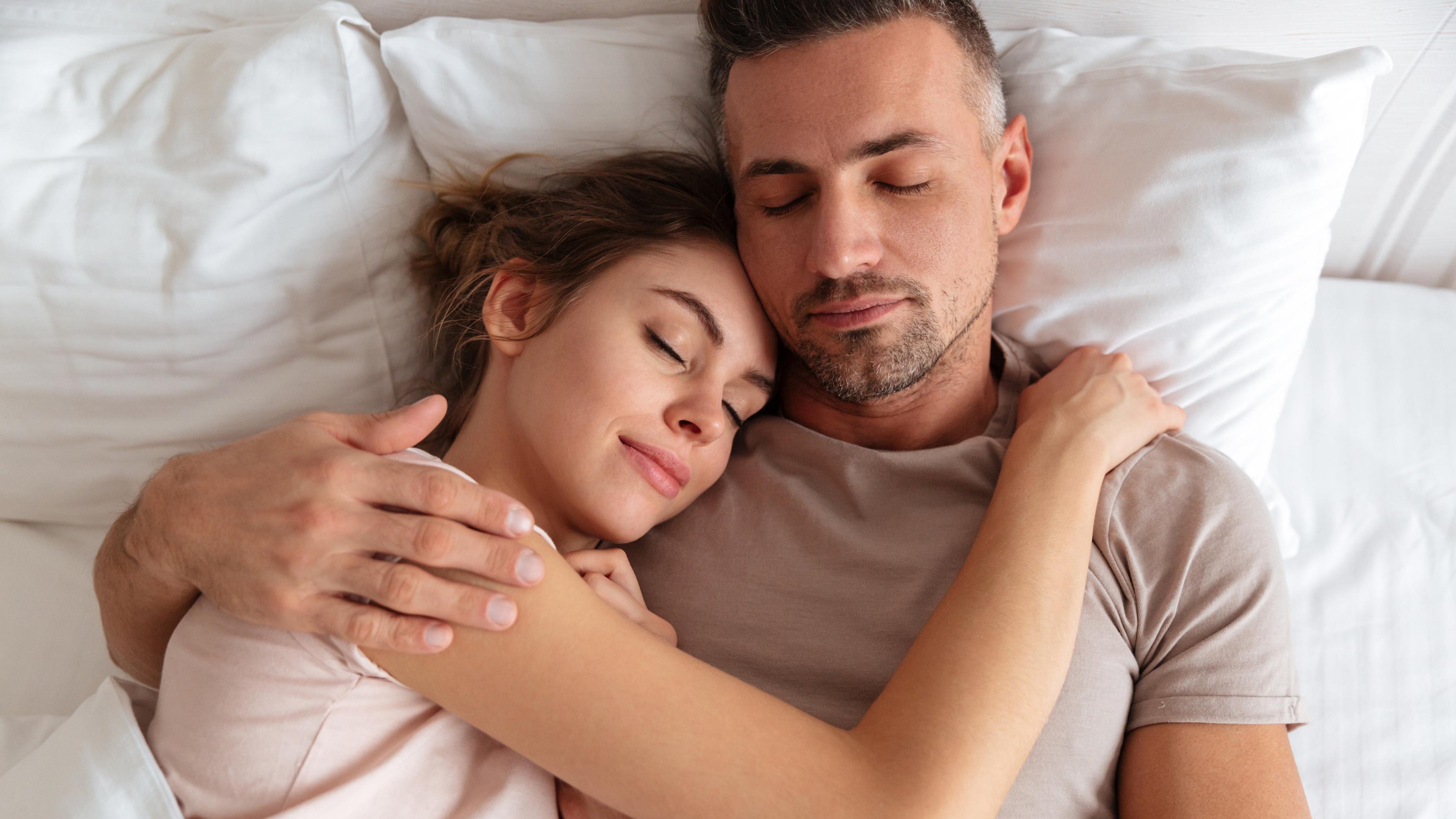 Сон с партнером благотворно сказывается на фазе с быстрыми движениями глаз