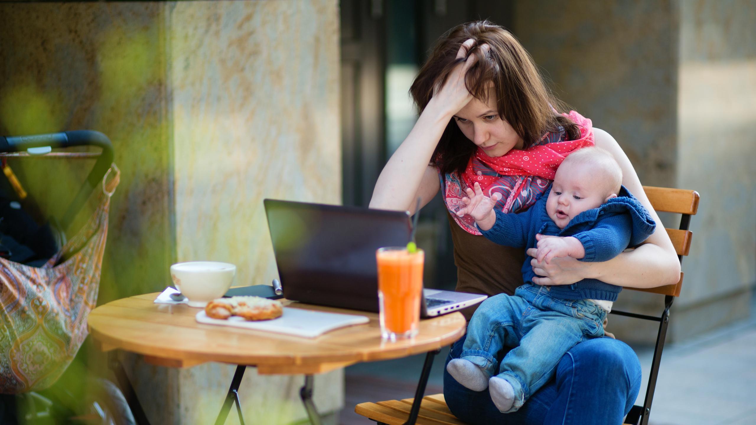 Необеспеченные родители оказались склонны меньше разговаривать с детьми, чем обеспеченные