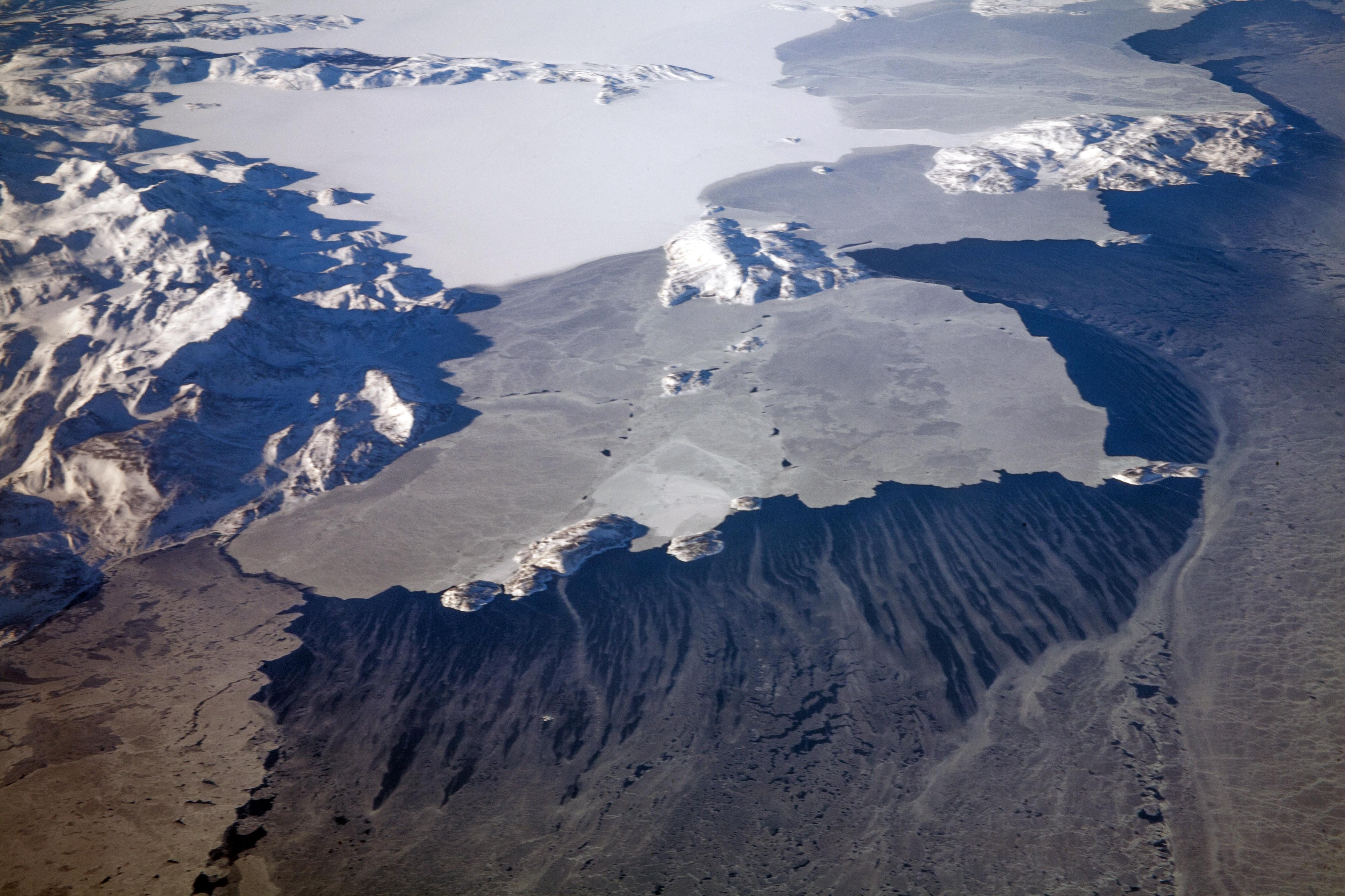 В канадской Арктике нашли бактерии, которые разлагают солярку и нефть
