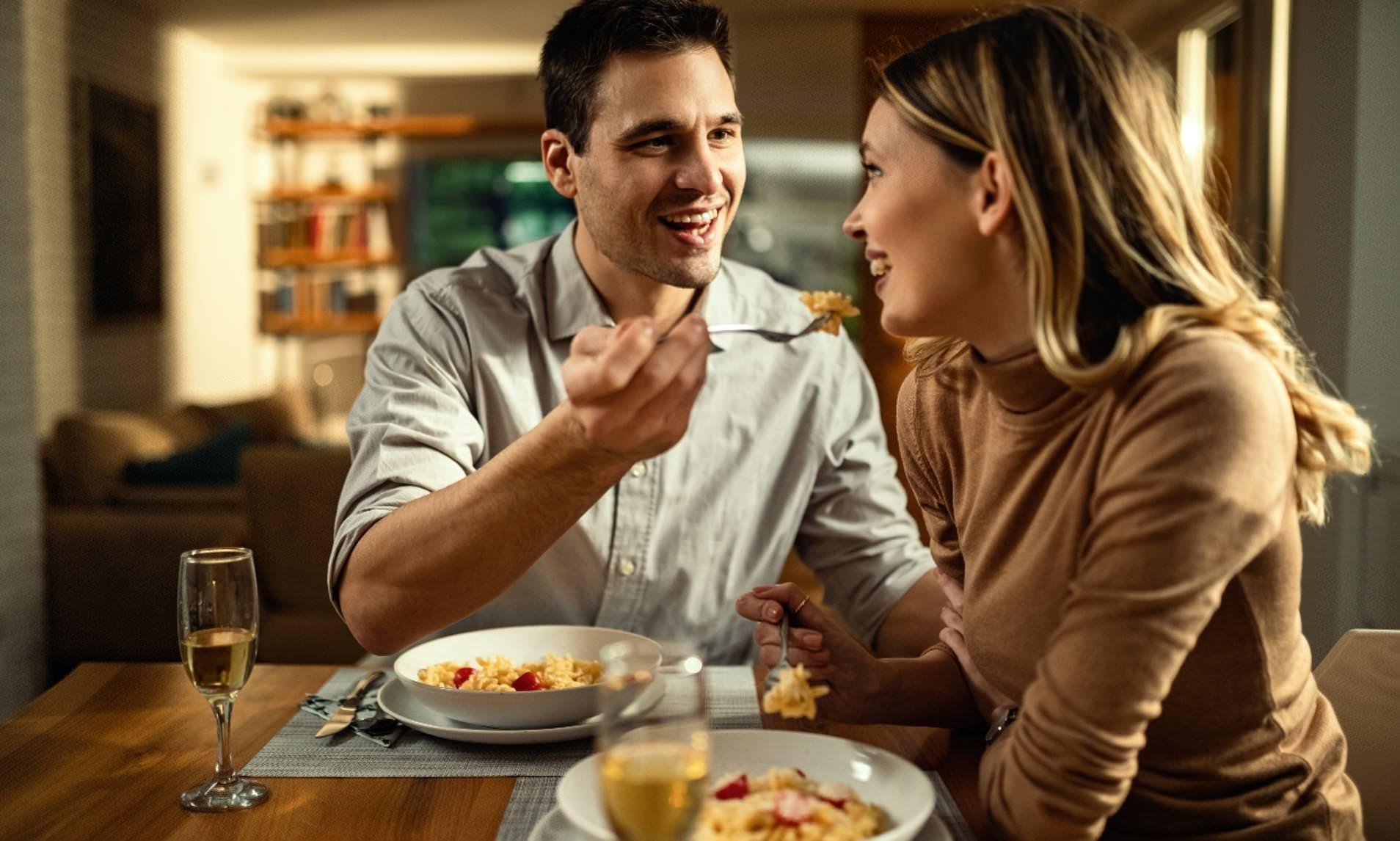 Готовые пробовать новую еду партнеры оказались более сексуально привлекательными