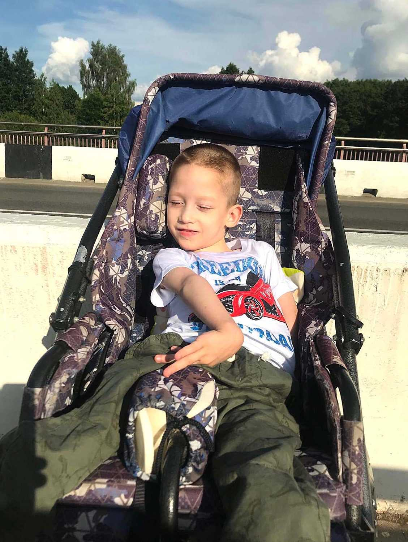 «Без коляски Артему никуда». Артему Борисевичу из Минска нужна помощь