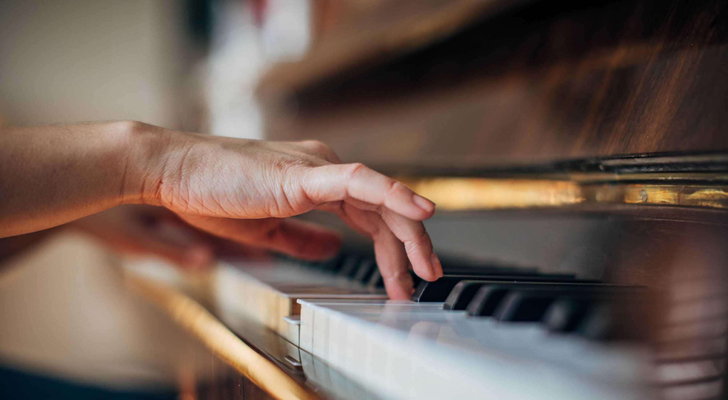 С возрастом мозгу требуется больше усилий для координации движений руками