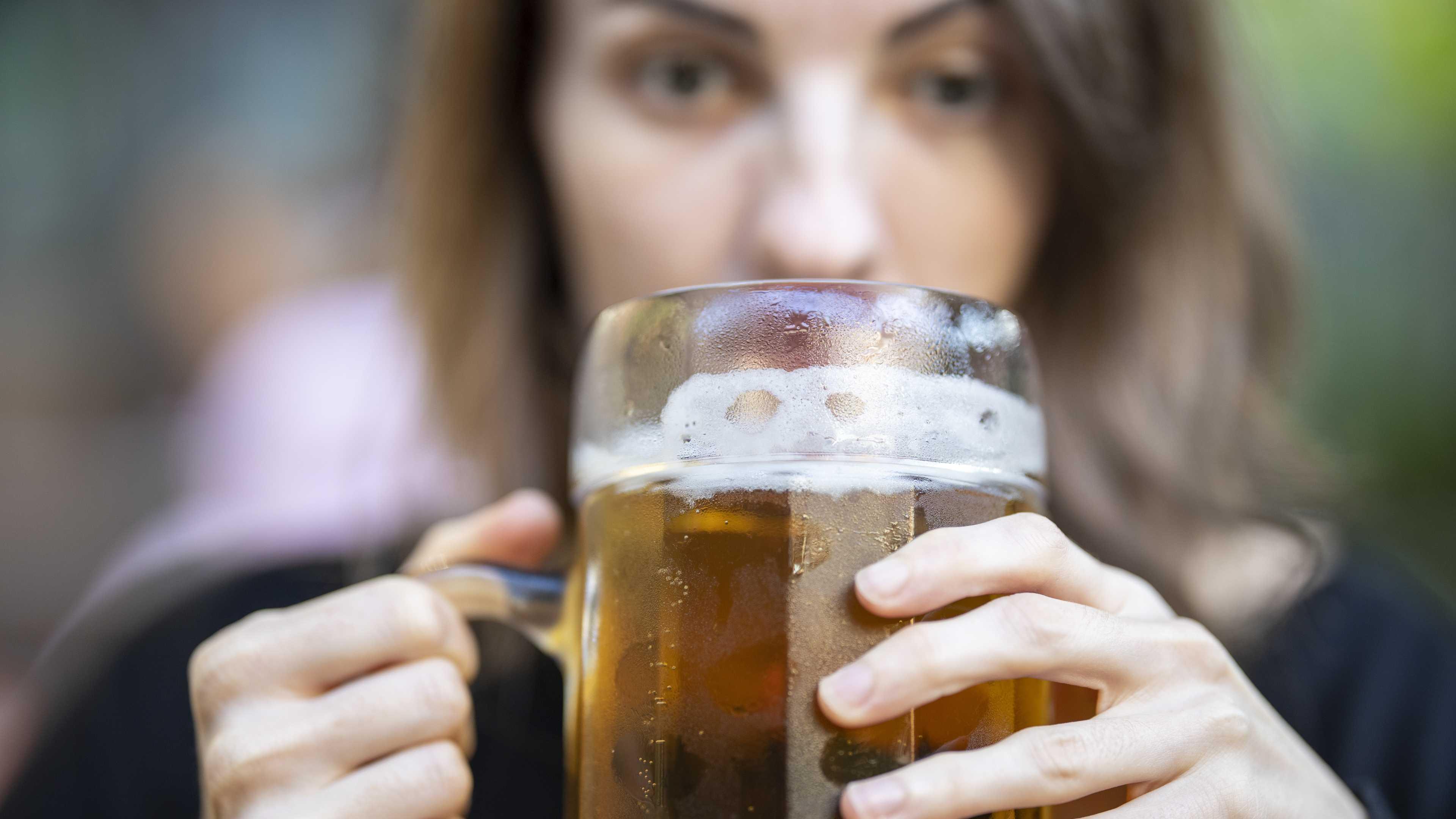 Почему женщины пьют сильнее мужчин