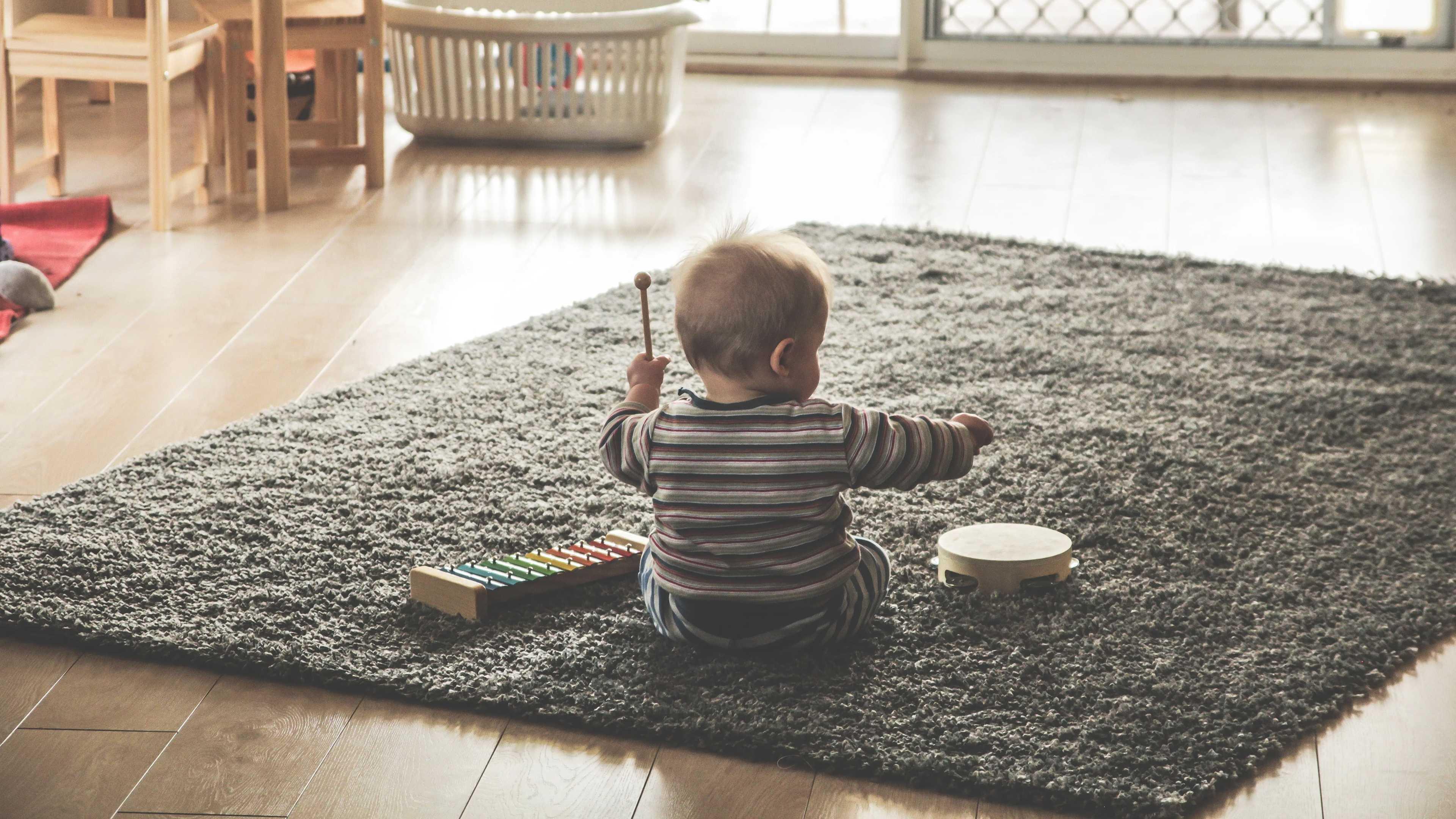 Младенец играет с мусорным ведром и пультом от телевизора? Это нормально!